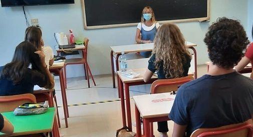 Studenti e insegnante in aula scolastica