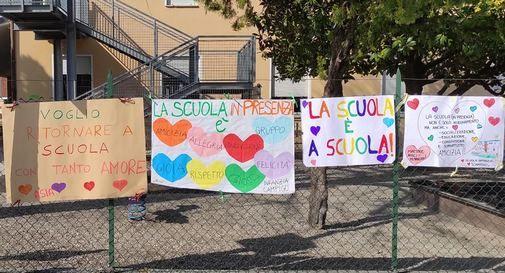 Genitori e insegnanti in piazza per mantenere sempre aperte le scuole