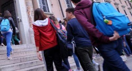 Studentessa minorenne priva di sensi fuori da scuola, probabile assunzione droga