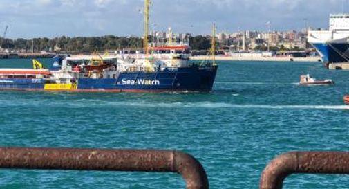Sea Watch rifiuta di portare naufraghi e bambini nell'inferno della Libia. Salvini: