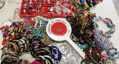 Vendevano illegalmente collane e braccialetti al mercato, multa da 5 mila euro