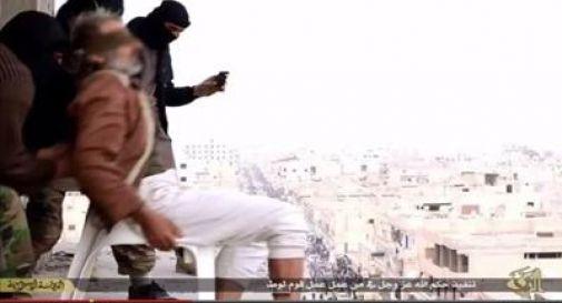 Nuovo orrore dell'Is, gay gettato giù da un palazzo, sopravvive e viene lapidato
