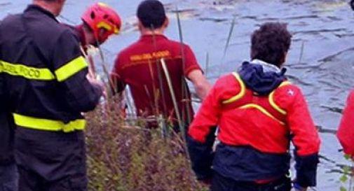 Omicidio-suicidio: mamma si getta nel lago con il figlio piccolo