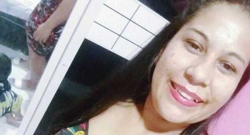 Si sta asciugando i capelli con la spazzola elettrica, 22enne muore folgorata