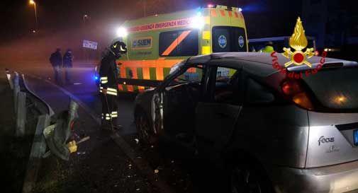 Schianto in auto prima dell'alba, una persona rimane ferita nell'impatto