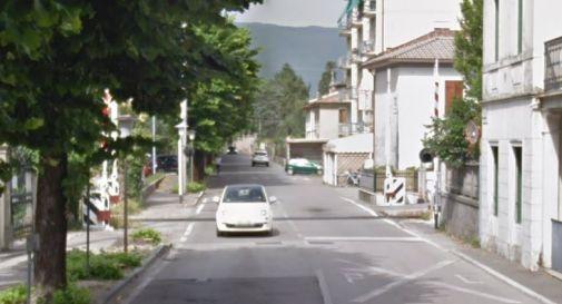 Vittorio Veneto, non vede il rosso del semaforo ferroviario e rimane bloccata sui binari