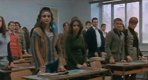 Saluto in piedi studenti in classe