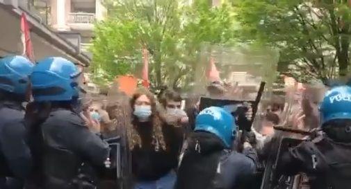 Protesta degli studenti durante la diretta di Zaia. Intervento della polizia in assetto antisommossa