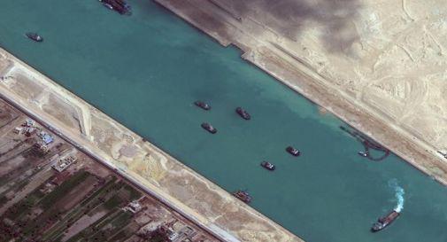 Canale Suez bloccato, un'altra nave arenata