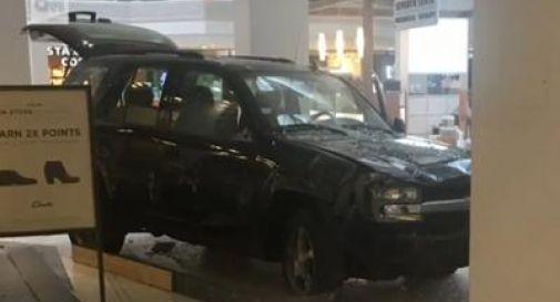 Suv sfonda le vetrine, panico al centro commerciale