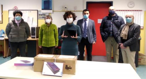 La consegna di 12 tablet alla scuola media Margherita Hack di Casier da parte dell'Associazione di Quartiere Ovest-Ghetto