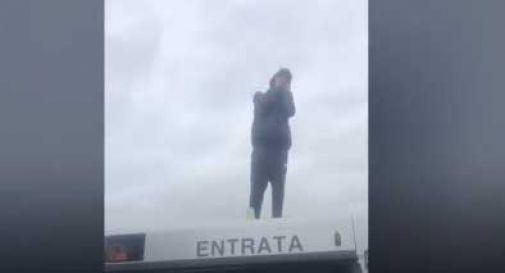 Interrompe il servizio salendo sui tetti degli autobus: ragazzo denunciato a Castelfranco