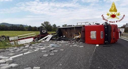 Tir si ribalta, chiusa autostrada. Camionista in ospedale