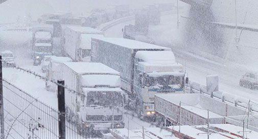 Maltempo non dà tregua, neve al Nord e Tir bloccati in autostrada