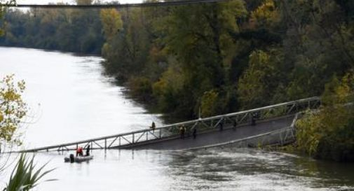 Crolla un ponte: morta una 15enne, diversi i dispersi