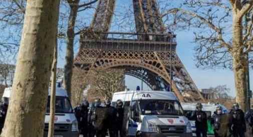 Uomo si arrampica sulla Torre Eiffel, evacuata