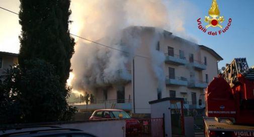 Palazzina a fuoco, donna si getta dal terzo piano. 9 intossicati, tra cui 2 bambini