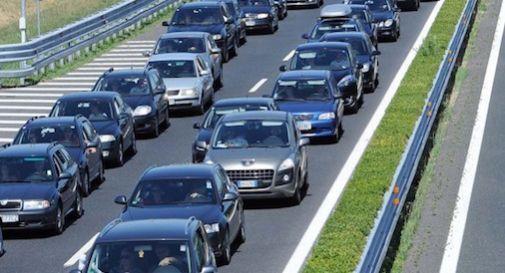 Minaccia di gettarsi dal cavalcavia, chiuso tratto autostrada