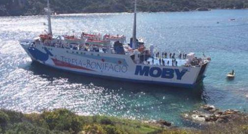 Traghetto Moby si incaglia sugli scogli a Santa Teresa di Gallura