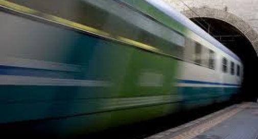 15enni scippano anziana e saltano da treno in corsa