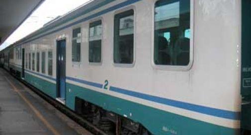 Tragedia in stazione: 19enne investito e ucciso dal treno mentre era con la madre