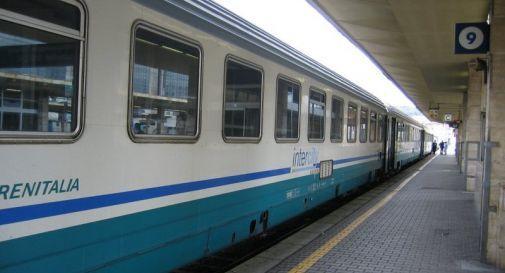 Si getta sotto il treno