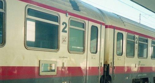 Tenta di violentare 27enne in treno: arrestato