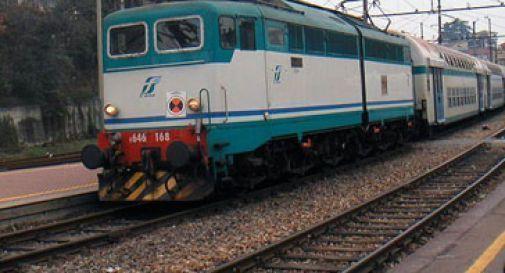 Paura a Susegana, uomo attraversa i binari e il treno viene bloccato: