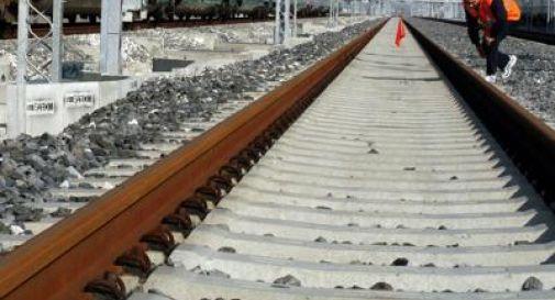 Tragico schianto in auto contro il treno, muoiono un uomo e una donna