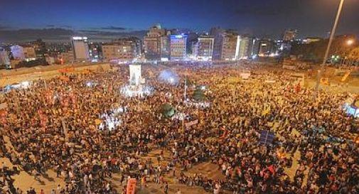 Turchia, auto sulla folla: muore ventenne Molotov contro uffici del partito al governo