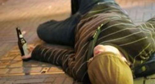 Ubriaco prende a ombrellate vigile e passanti