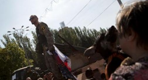 Ucraina, ancora scontri e violenze: 43 morti in 24 ore. Foto di gruppo dei leader a vertice di Minsk