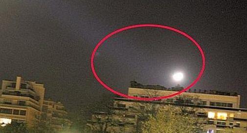 Formigoni fotografa Ufo a Parigi e lo posta su Twitter