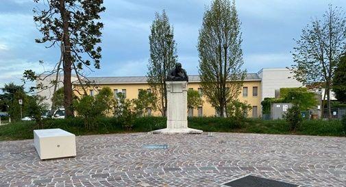 La piazzetta e la statua di Riccardo Selvatico riqualificate da Fondazione Roncade