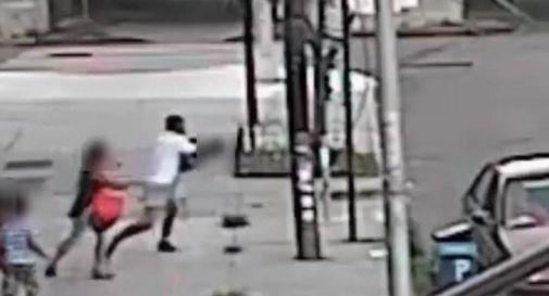 New York, tenta di rapire bimbo: madre lo salva tirandolo fuori dal finestrino