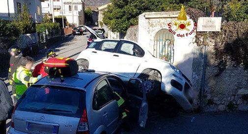 Violento frontale, auto finisce contro il capitello: un ferito