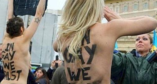 A seno nudo durante l'Angelus, attiviste Femen protestano per i diritti gay