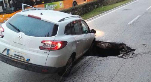 Cede l'asfalto, si forma una immensa voragine