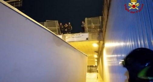 Esce di strada con il camion e vola per 7 metri dal ponte