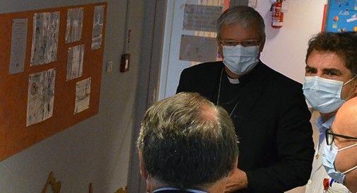 """Il vescovo Tomasi in visita al Ca' Foncello: """"Ce la faremo se ci prenderemo cura gli uni degli altri"""""""