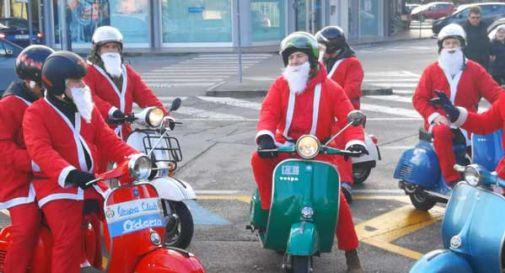 Oltre 250 Babbi Natale in marcia, ma la polemica non è mancata