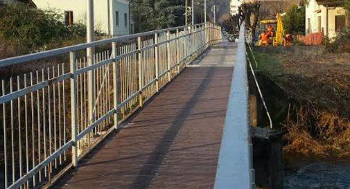 Nuova illuminazione per la passerella di via Carducci
