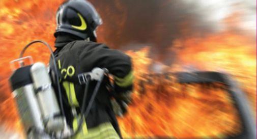 Auto a fuoco, trovato cadavere carbonizzato