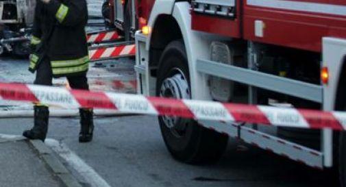 Auto si schianta contro un albero e prende fuoco: morti 2 cugini