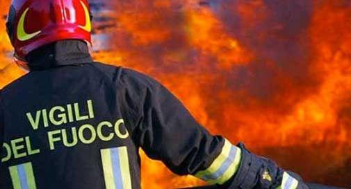 Si incendia il tetto di un caseggiato, evacuati gli abitanti