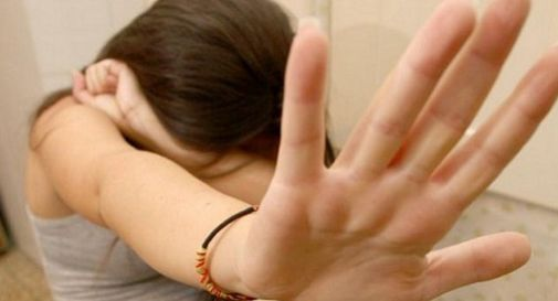 Violenta la figlia 14enne della compagna per due anni
