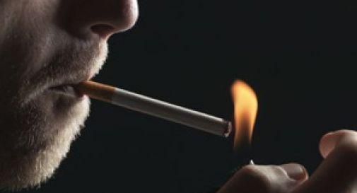 Rifiuta di dargli una sigaretta e lui lo colpisce con una cassetta del pronto intervento