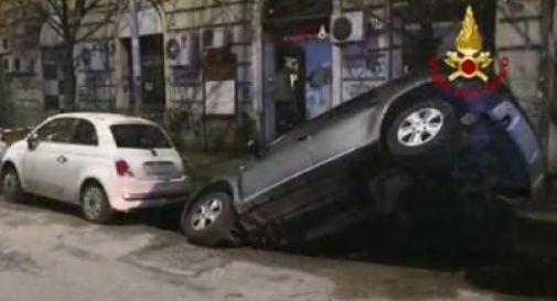 Voragine sulla Gianicolense, auto sprofonda nella maxi buca