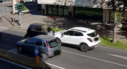 Vittorio Veneto, macchina contromano all'incrocio: schianto tra due auto