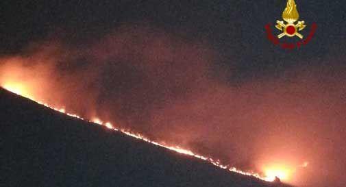 Vasto incendio sul Col Visentin, la montagna va a fuoco: fiamme visibili a chilometri di distanza